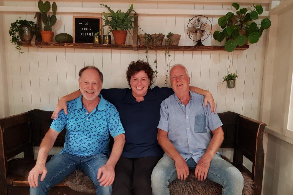 Monie ontmoet de timmermannen die het schrijvershuisje van Wim Kan hebben gebouwd